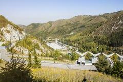 Góry sosny las w pogodnej pogodzie Podróż i przygoda w lecie lub jesieni wieczorem mgły nad narażenia haze kur długa górska woda  Zdjęcie Stock