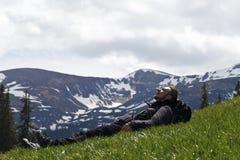 Góry, turysta, relaksują, kłamają, Obraz Royalty Free