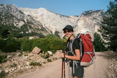 góry wędrówki Dziewczyny stojaki przeciw tłu wysokie góry dziewczyny target292_0_ Zdjęcia Stock