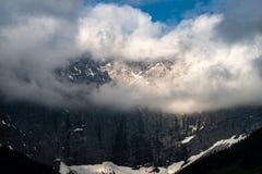 Góry w śniegu i chmurach fotografia royalty free