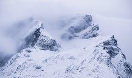 Góry w mgle w dolomitu Alp, Włochy Zdjęcia Royalty Free