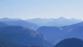 Góry w ranku, Yosemite park narodowy Obrazy Royalty Free