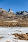 Góry witn śnieg i below z turystami na ziemi z brown trawą, śniegiem i zamarzniętym stawem w zimie przy Zero punktem, Zdjęcie Royalty Free