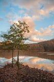Góry Wodny odbicie na jeziorze Podczas zmierzchu Fotografia Royalty Free