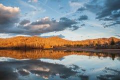 Góry Wodny odbicie na jeziorze Podczas zmierzchu Zdjęcia Royalty Free