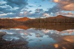 Góry Wodny odbicie na jeziorze Podczas zmierzchu Obraz Royalty Free