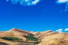 Góry wokoło Sevan jeziora i biel chmur niebieskiego nieba na słonecznym dniu, Armenia Obraz Stock