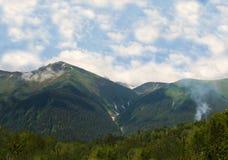 Góry wolności cisza w dolinie blisko dymu od ogienia miło fotografia stock