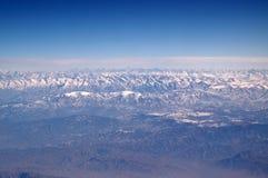 Góry z śnieżnymi szczytami na niebieskim niebie, widok z lotu ptaka Planeta ziemski naturalny krajobraz wokoło podróż światu środ Zdjęcie Royalty Free