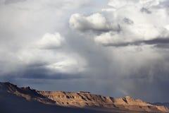 Góry z ciemnymi dżdżystymi chmurami. Zdjęcia Royalty Free