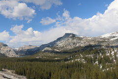 Góry z niebieskim niebem w wiośnie Zdjęcia Stock