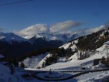 Góry z niektóre śniegiem - los angeles Plagne, Francja - obrazy stock