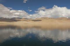 Góry z odbiciem na jeziorze Obraz Stock