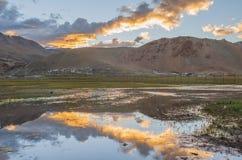 Góry z odbiciem na jeziorze obrazy royalty free