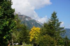 Góry z pięknym niebieskim niebem obrazy stock