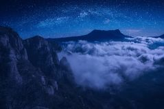 Góry zakrywać z błękitną mgłą Obrazy Royalty Free