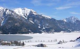 góry zamarznięta jeziorna wioska Obrazy Royalty Free