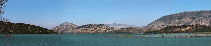 Góry zbliżają jezioro w Albania Obraz Stock