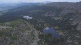 Góry zieleni pasmo w chmura krajobrazie klamerka Odgórny widok góry z niebem i chmurami Lasowy jezioro w zbiory
