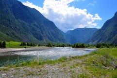Górzysty Altai Rosja, Sierpień 2017 widok halny rzeczny spływanie między wysokimi Altai górami w jaskrawym słonecznym dniu a - fotografia stock