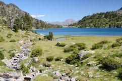 Górzysty jeziorny d'Aumar w Francuskich Pyrenees Obraz Royalty Free