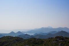 Górzysty krajobraz: góry niebo, halni jeziora, nadziemski gradient Zdjęcia Stock