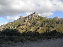 Górzysty krajobraz widzieć od drogi gruntowej w Neuquén, Argentyna Obrazy Stock