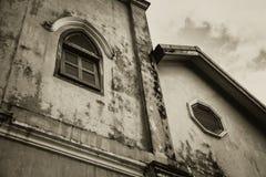 Gótico envelhecido retro assombrado e do horror da construção das janelas Fotografia de Stock Royalty Free