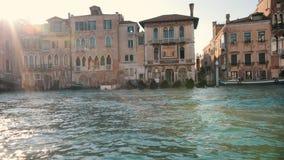 Gôndola amarradas em um dia ensolarado Edifícios velhos Italy vídeos de arquivo