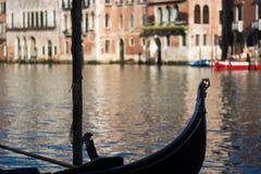 A gôndola amarrou no grande canal Venetian Fotos de Stock