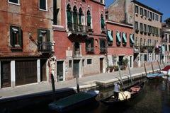 Gôndola com gondoleiro e povos em Veneza Italia Imagens de Stock