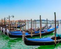 Gôndola de Veneza em uma água em seguido verão, Itália imagens de stock