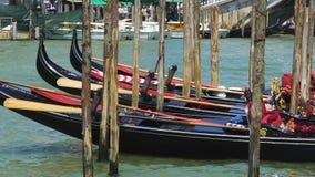 Gôndola decoradas que balançam no cais, táxi da água em Veneza como a atração turística video estoque