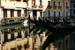 Gôndola do estacionamento no canal em Veneza Fotos de Stock