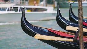Gôndola estacionadas que balançam na água, barco branco que flutua no fundo, Veneza video estoque