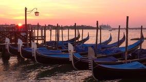 Gôndola na baía de San Marco, alvorecer Veneza, Italy vídeos de arquivo