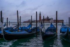 Gôndola na manhã em Veneza antes da chegada do turista imagem de stock