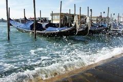 Gôndola nas ondas em Veneza Fotos de Stock