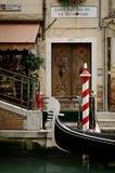 Gôndola no canal em Veneza imagens de stock
