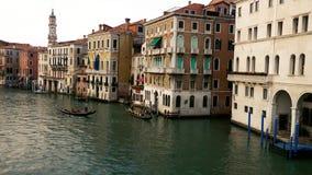 Gôndola no canal grande em maneiras de cruzamento de Veneza vídeos de arquivo