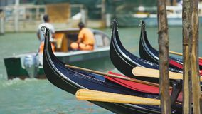 Gôndola que balançam na água, bote de salvamento com as salvas-vidas que flutuam no fundo filme