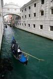 Gôndola que passam sob a ponte dos suspiros, Veneza Fotos de Stock Royalty Free