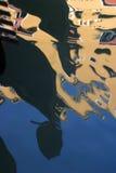 Gôndola que refletem nos canais de Veneza. Fotos de Stock Royalty Free