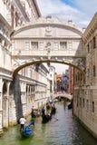 Gôndola sob a ponte dos suspiros, uma tradição romântica em Veneza Imagens de Stock Royalty Free