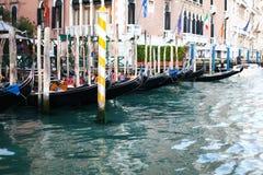 Gôndola surpreendentes no quay do canal grande Fotografia de Stock Royalty Free