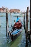 Gôndola vazia no cais em Veneza, Itália Fotografia de Stock Royalty Free