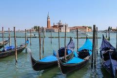 Gôndola vazias no cais em Veneza, Itália Fotografia de Stock Royalty Free