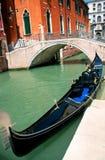 Gôndola Venetian em sua amarração Fotos de Stock Royalty Free