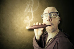 Gömd präst som röker stort sigar Arkivfoton
