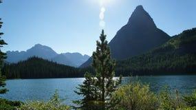 Gömd sjö som omges av maxima i glaciärnationalpark Royaltyfria Foton